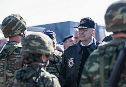Ο νέος Υπουργός Εθνικής Άμυνας κάνει μια απελπισμένη προσπάθεια να μοιάσει στον παλιό Υπουργό Εθνικής Άμυνας