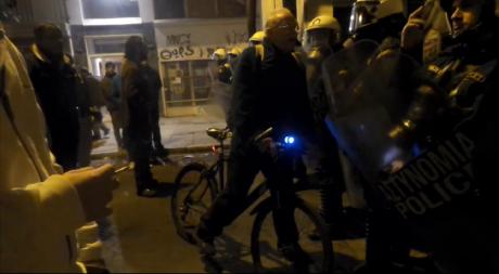 EPIC: Παππούς ποδηλάτης ξεφτιλίζει τα ΜΑΤ που του κλείνουν το δρόμο για το θερμοσίφωνα