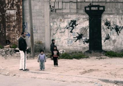 Ο Banksy πήγε στη Λωρίδα της Γάζας, ζωγράφισε τοίχους (και έχει το βίντεο που το αποδεικνύει)
