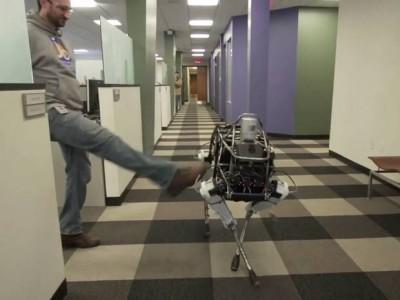 Θυγατρική της Google κατασκεύασε ρομποτικό σκύλο που δε πέφτει κάτω όσα κλωτσίδια κι αν φάει