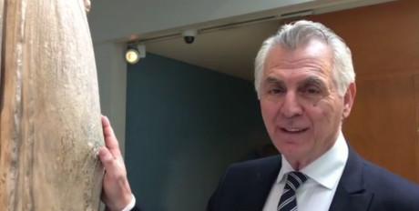 Ο Δήμαρχος Περιστερίου, Ανδρέας Παχατουρίδης, μιλάει σε μια Καρυάτιδα (VIDEO)