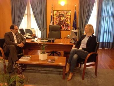 Πρώην ΠΑΣΟΚος υπουργός και μουρλή εθνικίστρια συναντήθηκαν κάτω από ποπ-αρτ πίνακα του Άρη Βελουχιώτη (PHOTO)