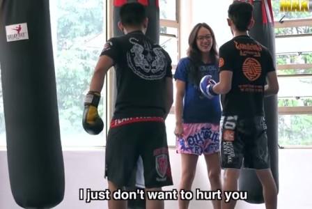 Mεταμφιεσμένη πρωταθλήτρια μάι-τάι σαπακιάζει στο ρινγκ ανυποψίαστους εκπαιδευτές (VIDEO)