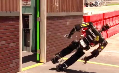 Αυτή η συλλογή με ρομπότ που σωριάζονται κάτω σα μεθυσμένοι, είναι όσο αστεία φαντάζεσαι (VIDEO)