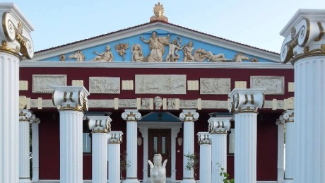 Στη Ρόδο έφτιαξαν έναν ναό αφιερωμένο στο Ελληνικό Καρακατσουλιό (PHOTOS)