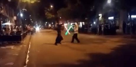 Θεούληδες oπαδοί Star Wars κάνουν τέλεια αναπαράσταση μονομαχίας με lightsaber (VIDEO)