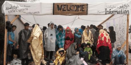 Εκατοντάδες πρόσφυγες περιμένουν στη βροχή για τα έγγραφά τους στη Λέσβο