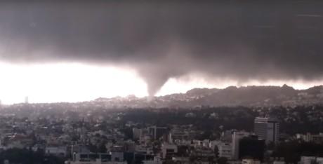 Η Αποκάλυψη έρχεται: Aνεμοστρόβιλος σχηματίστηκε πάνω από την Αθήνα (VIDEO)