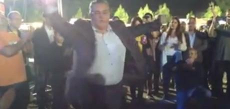 O Μερακλής ο Κουτσούμπας ρίχνει την καλύτερη ζεμπεκιά στο φεστιβάλ της ΚΝΕ (VIDEO)