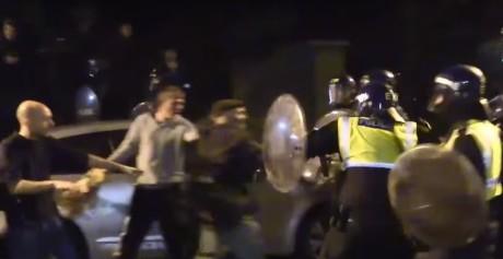 Άγγλοι τα έκαναν λαμπόγυαλο στο Λονδίνο επειδή η αστυνομία πήγε να τους χαλάσει το πάρτυ (VIDEO)