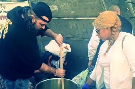 Ο Χαρμάνης από ΖΝ συμμετείχε σε συσσίτιο για τους πρόσφυγες στην Αθήνα (PHOTO)
