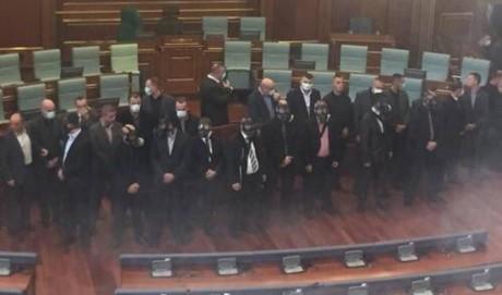 Βουλευτής της Αντιπολίτευσης στο Κόσοβο για κάποιο λόγο ξαναπέταξε δακρυγόνο μέσα στη Βουλή (VIDEO)