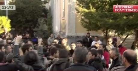 Εν μέσω ιπτάμενων φραπέδων κατέθεσε στεφάνι ο Αλέξης Τσίπρας (VIDEO)