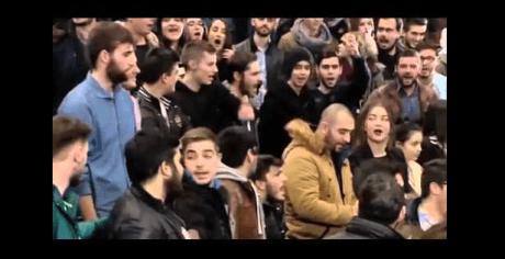 Κουρασμένοι Δαπίτες οπαδοί Τζιτζικώστα βαριούνται να φωνάξουν συνθήματα γι'αυτόν (VIDEO)
