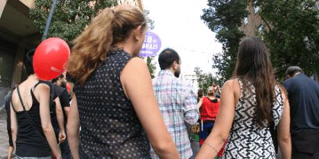 LGBTQ ακτιβιστές αντεπιτίθενται στον Αμβρόσιο με φιλιά και κουραδάκια