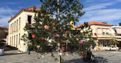 Το πιο λάιφο χριστουγεννιάτικο δέντρο για φέτος είναι στην Πελοπόννησο (PHOTO)