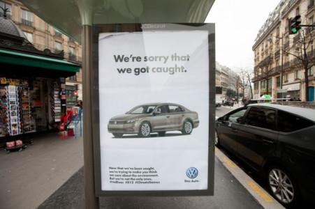 Aκτιβιστές τρολάρουν την Διάσκεψη Κλίματος με 600 ψεύτικες αφίσες στους δρόμους του Παρισιού(PHOTO)