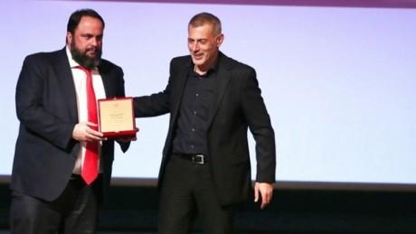 Ο Δήμαρχος Πειραιά Γιάννης Μώραλης τίμησε την ΠΑΕ Ολυμπιακός