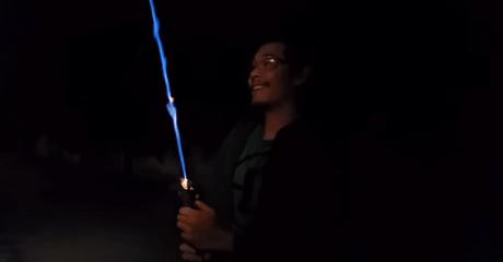Ο oπαδός Star Wars που έφτιαξε το πιο αληθοφανές homemade lightsaber που υπάρχει (VIDEO)
