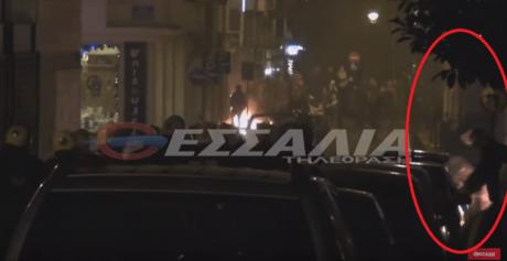 Mατατζής με νευράκια σπάει το τζάμι παρκαρισμένου αυτοκινήτου στο Βόλο (VIDEO)