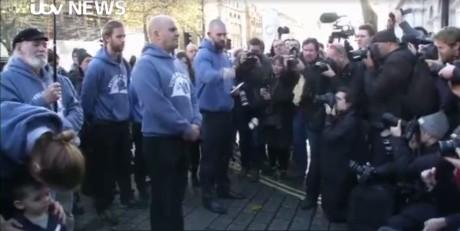 Βετεράνοι απ' το ΗΒ πετάνε τα μετάλλια τους ως διαμαρτυρία για την επέμβαση στη Συρία (ΒΙΝΤΕΟ)