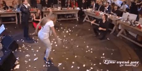 """Η """"ζεμπεκιά"""" της Έρρικας Πρεζεράκου είναι ό,τι καλύτερο είδαμε φέτος την πρωτοχρονιά στην TV (VIDEO)"""