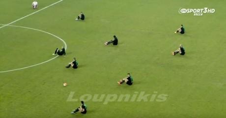 Παίκτες της ΑΕΛ και του Αχαρναϊκού κάνουν καθιστική διαμαρτυρία για τους νεκρούς στο Αιγαίο (VIDEO)