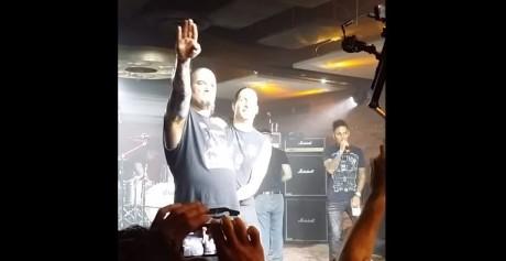 """Ουπς: Ο Phil Anselmo χαιρετάει ναζιστικά σε συναυλία και ρίχνει κι ένα """"white power"""" (VIDEO)"""