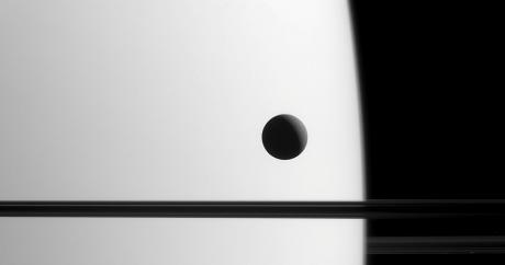 ΣΟΚ: Δείτε τι κρύβεται πίσω από αυτή τη φωτογραφία ενός από τους δορυφόρους του Κρόνου (PHOTO)