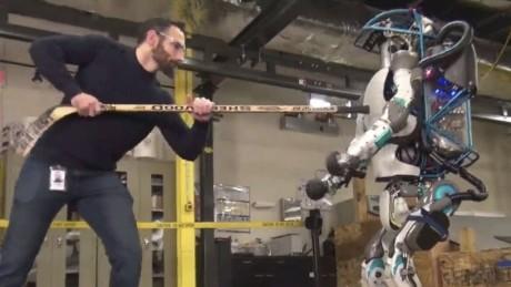 Σκληρές εικόνες: Αβοήθητα ρομπότ πέφτουν θύμα bullying από άκαρδα δίποδα