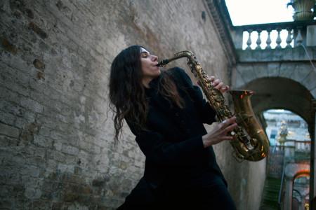 """Η PJ Harvey επισκέπτεται το Κόσοβο και την Ειδομένη με το νέο τραγούδι της """"The Wheel""""  (Video)"""