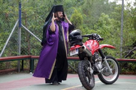 Τύπος ντυμένος παπάς λήστεψε τράπεζα στην Εύβοια και εξαφανίστηκε με παπάκι
