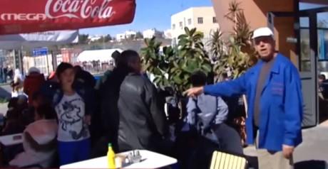 Ιδιοκτήτης καφέ στο λιμάνι του Πειραιά δεν θέλει να κάθονται οι πρόσφυγες στις καρέκλες του (VIDEO)