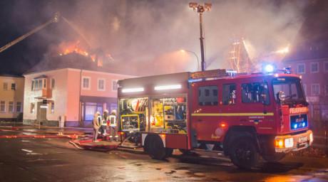 Γερμανία: Πλήθος ακροδεξιών πανηγυρίζει για την πυρκαγιά σε κέντρο προσφύγων [VIDEO]