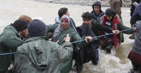 Πάνω από χίλιοι πρόσφυγες δραπετεύουν από την Ειδομένη μέσα από χείμαρρο (PHOTO)