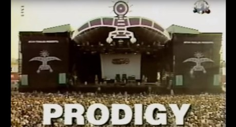 Όταν 20 χρόνια πριν οι Prodigy έπαιζαν πρώτη φορά το Firestarter σε ένα ανυποψίαστο κοινό (VIDEO)