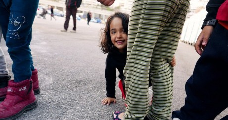 AΦΙΕΡΩΜΑ: Ένα μεσημέρι με τους πρόσφυγες στο λιμάνι του Πειραιά (PHOTOS)