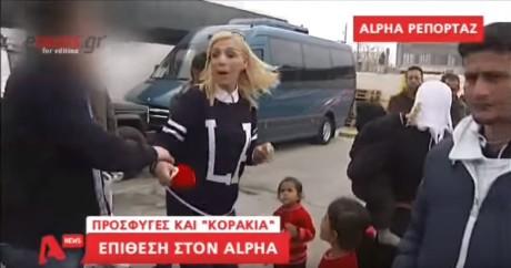 """Aπατεώνες """"διακινητές"""" προσφύγων από Πειραιά τραμπουκίζουν ρεπόρτερ μπροστά στην κάμερα (VIDEO)"""
