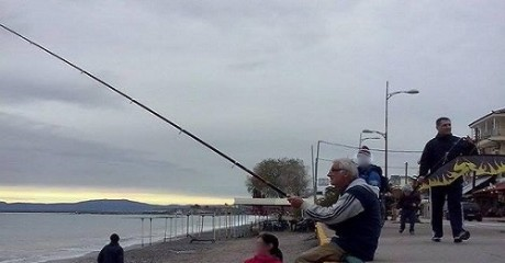 LIKE A BOSS: Καλαματιανός πετάει χαρταετό με καλάμι ψαρέματος (VIDEO)