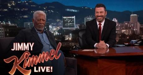 Ο θεός Morgan Freeman τρολλάρει τους τύπους με selfie stick που όλοι αγαπάμε να μισούμε (VIDEO)