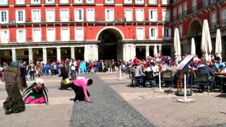 Ευρώπη των Λαών: Ολλανδοί οπαδοί εξευτέλισαν ζητιάνες στη Μαδρίτη
