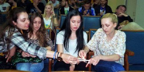 Φοιτητές ΤΕΦΑΑ άναψαν τσιγάρα στο δημοτικό συμβούλιο Τρικάλων για να διαμαρτυρηθούν (PHOTO)