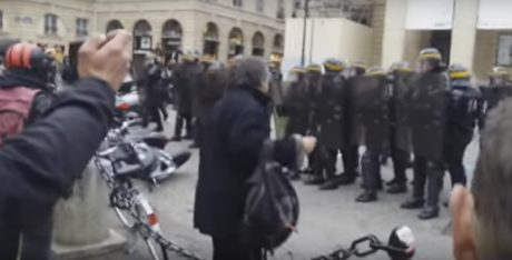Γάλλοι διαδηλωτές φωνάζουν σε άπταιστα ελληνικά γνωστό σύνθημα με μπάτσους και γουρούνια (VIDEO)