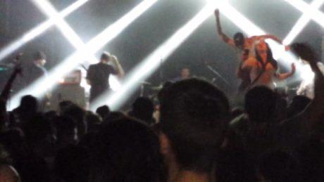 Oπαδός punk μπάντας ανεβαίνει στη σκηνή για σέλφι και ο τραγουδιστής την κλωτσάει κάτω (VIDEO)