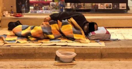 Άγνωστοι στην Πάτρα πέταξαν κροτίδα σε άστεγο που κοιμόταν για να τον διώξουν από το δρόμο