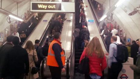 Οι επιβάτες του Λονδρέζικου μετρό δε γουστάρουν το νέο κανόνα να μένουν ακίνητοι στις σκάλες