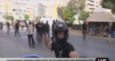 Χρυσαυγίτης στον Πειραιά επιτίθεται με σιδερολοστό σε τηλεοπτικό συνεργείο (VIDEO)