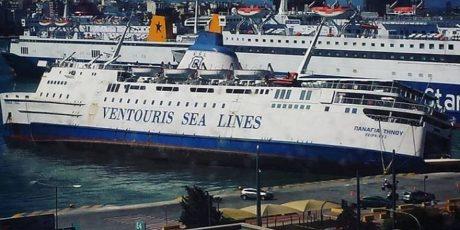 """Περιμένοντας το θαύμα: Η """"Παναγιά Τήνου"""" βυθίζεται στο λιμάνι του Πειραιά (PHOTO)"""