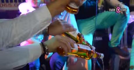 ΗΛΙΑ ΡΙΧΤΟ: Γλετζές νοσταλγός των 80s πλήρωσε 24 μπουκάλια ουίσκι για να τα κάψει στην πίστα