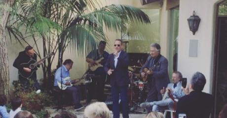 """Ελληνορθόδοξα blues: Ο Tom Hanks τραγουδά το """"Χριστός Ανέστη"""" σε γλέντι στο L.A. (VIDEO)"""